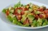 Что добавить в диетический овощной салат с авокадо?