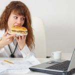 Почему есть на рабочем месте вредно?
